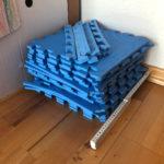 Ein Stapel von Turnmatten-Teilen.