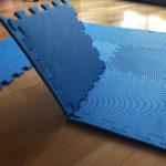 Blaue faltbare Turnmatte für Kinder für zuhause.