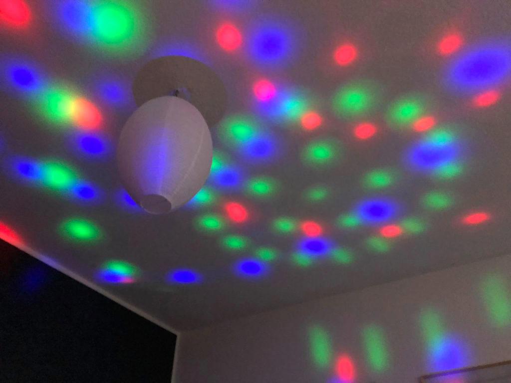 Lichter der Karaoke-Maschine an der Wand und decke des Zimmers.